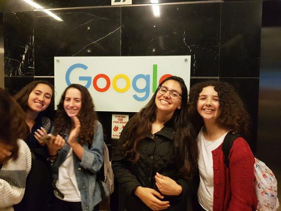 בנות הגימנסיה במשרדי גוגל
