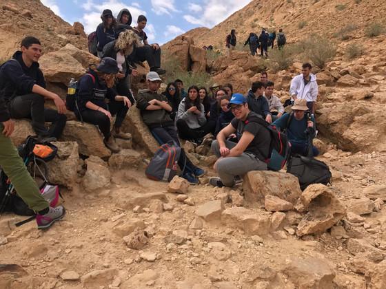 """י""""ב 4 יצאה לטיול סיום מסלול מחוננים באזור מצפה רמון באזורי המכתשים ."""
