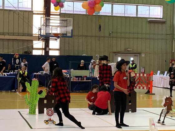 """בנות הגימנסיה מ י""""ב 4 בתחרות רובוטיקה"""