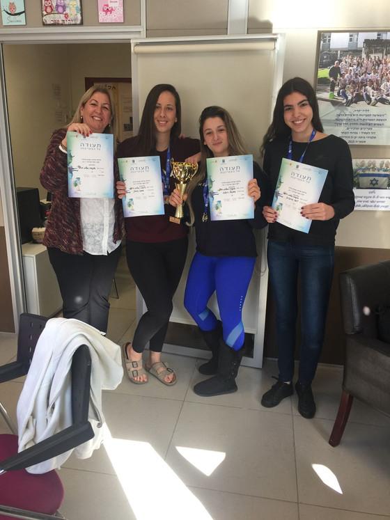 נבחרת טניס שולחן של בנות בגימנסיה במקום השני בישראל