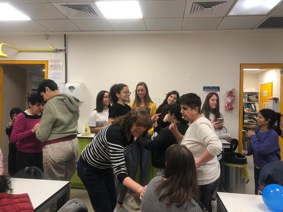 """פעילות תלמידי כימיה עם בוגרי אקי""""ם"""