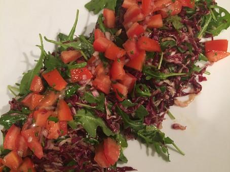 Deliciosa Salada de Radicchio, Rúcula e Vinagrete com Tomates