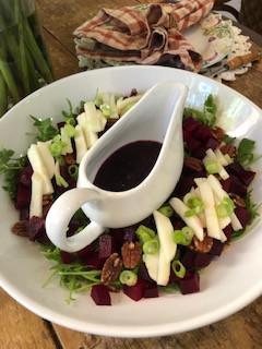 Salada de Beterraba, Rúcula, Peras e Nozes, Servida com Vinagrete de Mirtilos