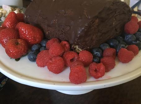 Rocambole Glúten/Lácteos-Free com Recheio de Geleia de Frutas Vermelhas e Cobertura de Chocolate Mei