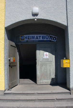 Heimatbüro, Eingang