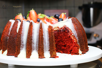 Bolo Red Velvet com cheesecake e geléia de frutas vermelhas