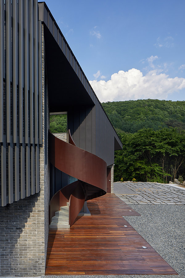STUDIO EON_SLOPE HOUSE-W04.jpg