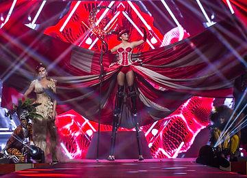 costumed-woman-on-stilts-at-diffa-show.j