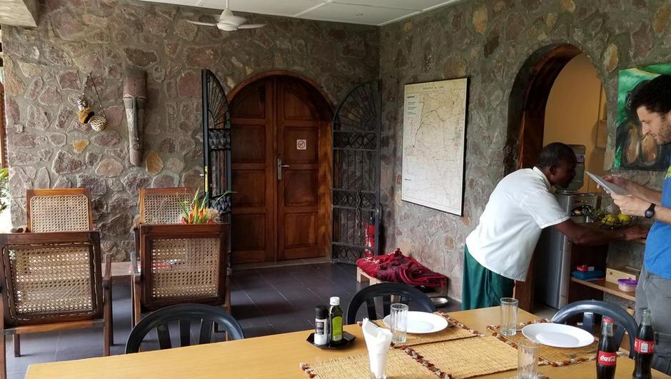 dining-table-on-patio-at-lola-ya-bonobo.