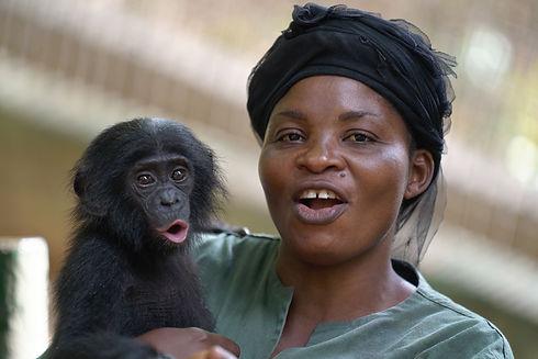 female-caregiver-at-lola-ya-bonobo-vocal