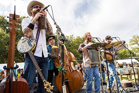 band-playing-at-chefs-for-farmers-event-