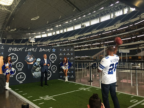 darren-woodson-throwing-football-at-dall