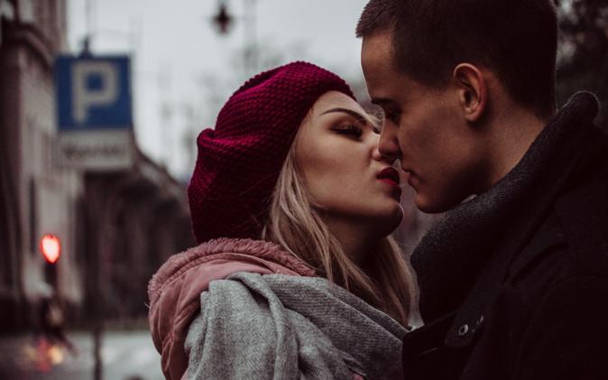 Całowanie zimą - jak się całować?