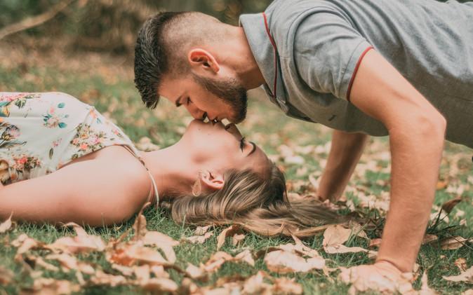 Całowanie na trawie - jak się całować?