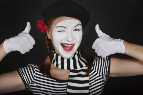 Девушка мим, белое лицо, пальцы вверх