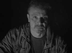 Актёр Игорь на съёмках фильма смотрит в камеру