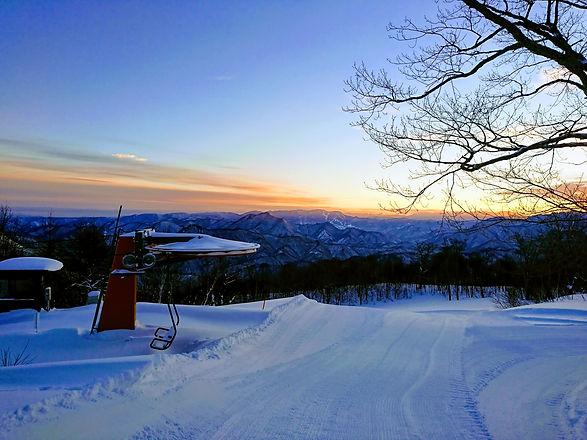 夜明けの山頂.jpg