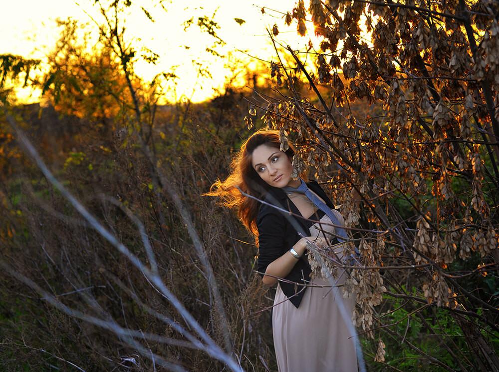 Фотосессия беременной девушки в лесу