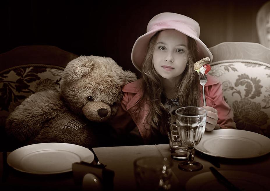 Фото девочка и медведь