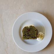 季節のケーキ(抹茶とクランベリー、ホワイトチョコのケーキ) 期間限定 -2021/01   宇治抹茶のバターケーキ、ほろ苦いクランベリー、ホワイトチョコをかけて仕上げました  PLATE Brand:ALESSI PlateBowlCup Designer:Jasper Morrison   CUTLERY Brand:ALESSI KnifeForkSpoon Designer:Jasper Morrison