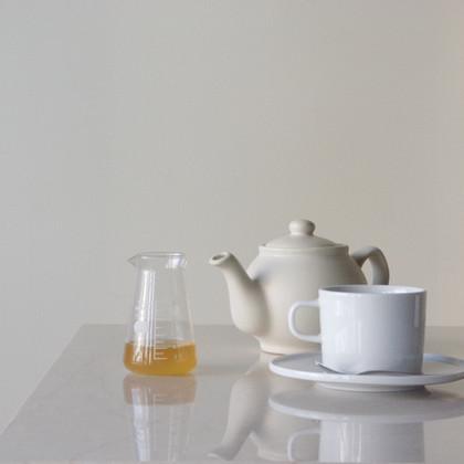 ハニーレモンとカリン(ポットサービス) 期間限定 -2020/12-2021/02   自家製カリンと無農薬のレモンに蜂蜜を合わせて。 カップにはフレッシュレモンの輪切りも添えられます。  CUP & SAUCER Brand:ALESSI PlateBowlCup Designer:Jasper Morrison   POT Brand:Price & Kensington Designer:      -