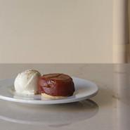 季節のケーキ(タルトタタン) 期間限定 -2021/01   旬のリンゴをたっぷり使い時間をかけて焼き上げました。 週末、数量限定でお出ししています。  PLATE Brand:ALESSI PlateBowlCup Designer:Jasper Morrison   CUTLERY Brand:ALESSI KnifeForkSpoon Designer:Jasper Morrison