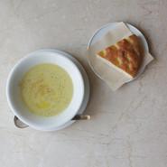 本日のスープと自家製フォカッチャ  季節の無農薬野菜を使った日替わりスープです。野菜はSonne Garten(ゾンネガルテン)の無農薬野菜を使用していますので安心してお召し上がり頂けます。 国産小麦を使った自家製フォカッチャはイタリア・プーリア州の有機オリーブオイルを添えてお出しします。  PLATE Brand:ALESSI PlateBowlCup Designer:Jasper Morrison   CUTLERY Brand:ALESSI KnifeForkSpoon Designer:Jasper Morrison