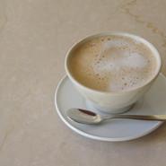 カフェオレ  ウガンダ産フレンチローストのコーヒー豆を濃く抽出し、低温殺菌牛乳で合わせます。 オーダー毎にミルクを泡立ててご提供します。器は出西窯の飯碗。柳宗理独特の手の温もりを感じられる形状です。  CUP Brand:出西窯 Designer:柳宗理   SAUCER Brand:ALESSI PlateBowlCup Designer:Jasper Morrison