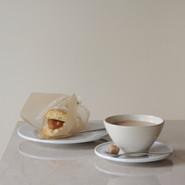 スコーンサンドとカルダモンチャイ   バター不使用、全粒粉入りのスコーンにイタリアからのジャム、マスカルポーネをサンド。  カルダモンチャイは砕いたカルダモンホールとシナモンスティック、キャンベルズパーフェクトティーと低温殺菌牛乳で煮出しています。  CUP Brand:出西窯 Designer:柳宗理  SAUCER & PLATE Brand:ALESSI PlateBowlCup Designer:Jasper Morrison   CUTLERY Brand:ALESSI KnifeForkSpoon Designer:Jasper Morrison