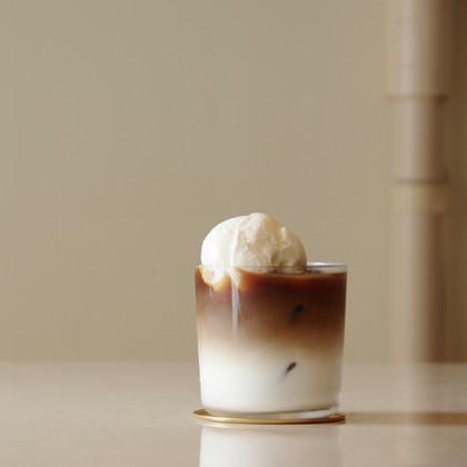 カフェ・オ・レ+ミルクアイス(オプション)   ウガンダ産深煎りコーヒーのカフェ・オ・レにさっぱりとしたミルクアイスを添え。  GLASS Brand:ALESSI Water Glass Designer:Jasper Morrison