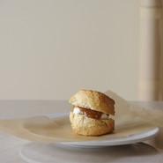 スコーンサンド(いちじくとアーモンドのジャム)   バター不使用、全粒粉入りのスコーンにイタリアからのジャム、マスカルポーネをサンド。  南イタリアから届いた自家栽培のいちじくとアーモンドを畑に隣接する工房で新鮮なうちに丁寧に仕上げたジャム。  このジャムは店内にて販売もしています。  PLATE Brand:ALESSI PlateBowlCup Designer:Jasper Morrison   CUTLERY Brand:ALESSI KnifeForkSpoon Designer:Jasper Morrison