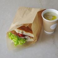 フォカッチャサンドと本日のスープ(TAKE OUT)   フードメニューはテイクアウトでも承ります。 店頭またはお電話にてお申し付けください。