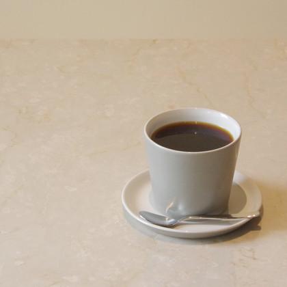 ハンドドリップコーヒー   安曇野市チルアウトスタイルコーヒー焙煎のスペシャルティーコーヒー。時期によりコーヒー豆が変更になります。 イギリスの建築家David ChipperfieldがALESSIから発表したTonaleにてご提供します。  CUP & SAUCER Brand:ALESSI Tonale Designer:David Chipperfield  CUTLERY Brand:ALESSI KnifeForkSpoon Designer:Jasper Morrison