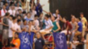 אוהדי טבעון מעודדים על היציע, עם דגלים שעליהם מודפס השם מרנין