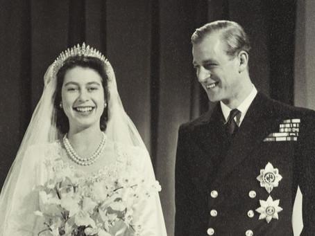 איך אפשר לדעת באיזה צבע הייתה השמלה של המלכה אליזבת ביום חתונתה אם הצילום היה בשחור לבן?