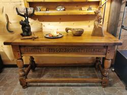 Table valaisanne Noyer datée 1729