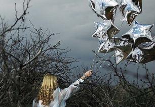 Женщина с серебряной звездой шарами