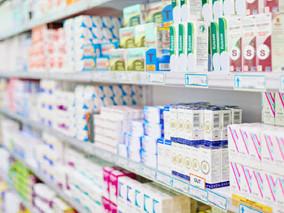 É permitida às farmácias e drogarias a comercialização de artigos não farmacêuticos ou de conveniênc