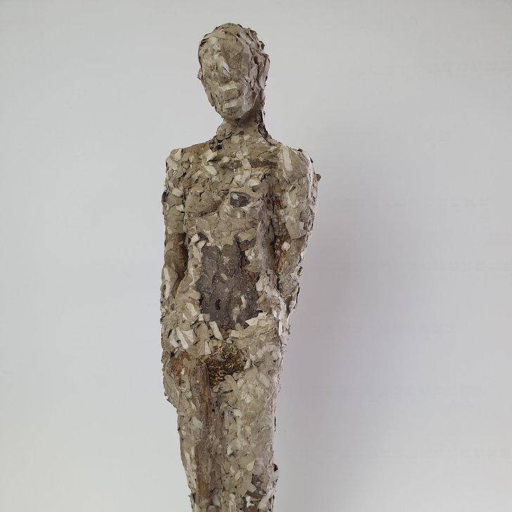 Skulptur, menschliche Figur, aus geschredderter Pappe und Baumrinden