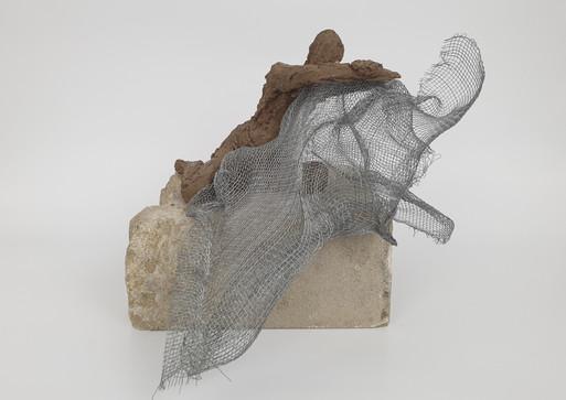02 - 2018 - Ton, Draht und Sandstein - 24 x 20 x 30 cm