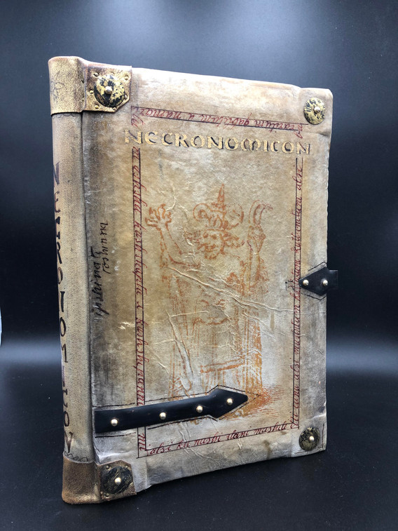 Front cover made in wood and antique pergamena