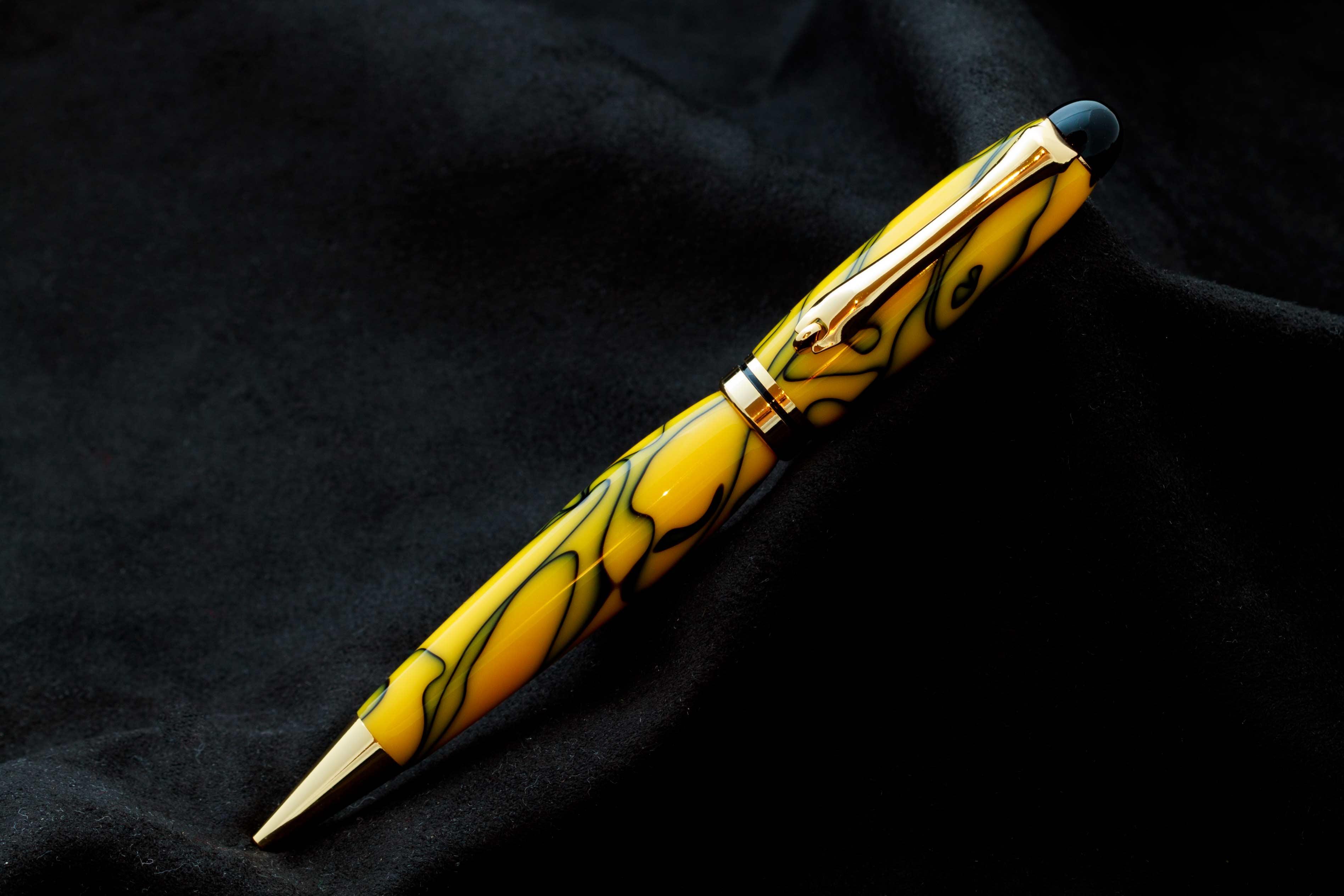 Bolígrafo acrílico amarillo y negro
