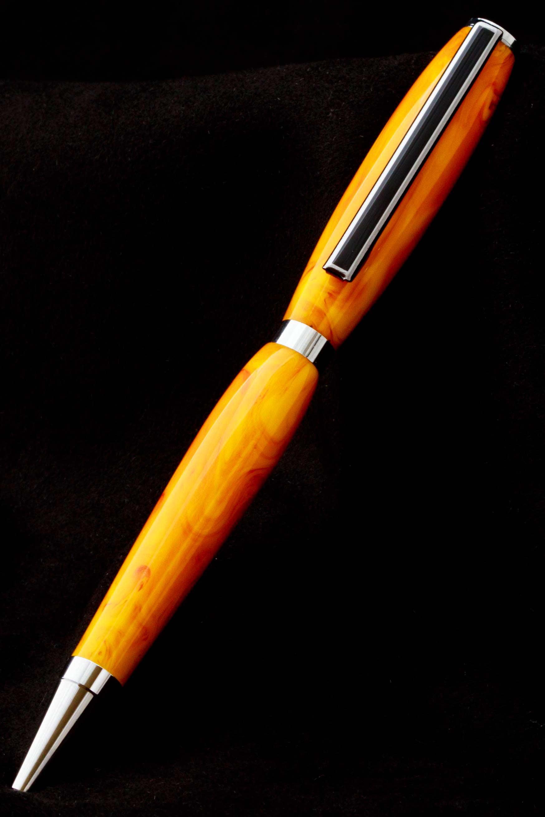 Bolígrafo acrílico blanco y naranja