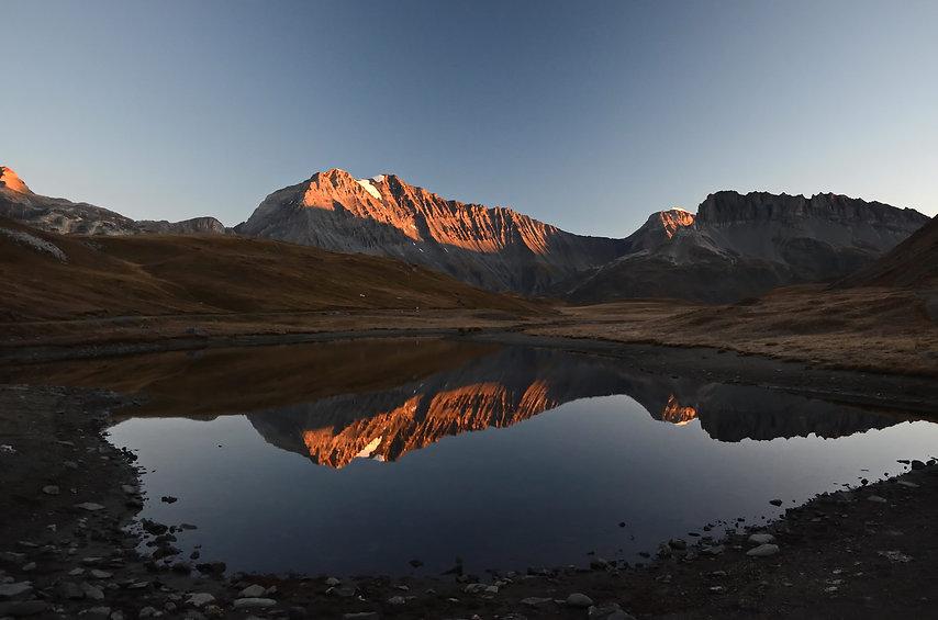 Mi octobre, le soleil matinal éclaire le sommet de la Grande Casse et de la Grande Motte en Vanoise.