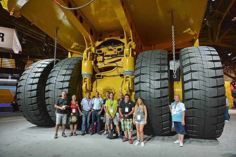 Minexpo 2016, une partie de l'équipe à l'arrière d'un camion de chantier géant Caterpillar.