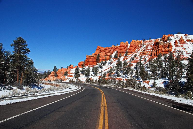 """Utah, tout près de Bryce Canyon, la """"Scenic Route n°12"""" serpente dans le """"Red Rock Canyon"""""""