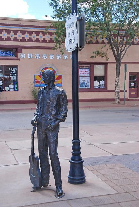Standing On the Corner, monument en souvenir d'une chanson du groupe Eagles.