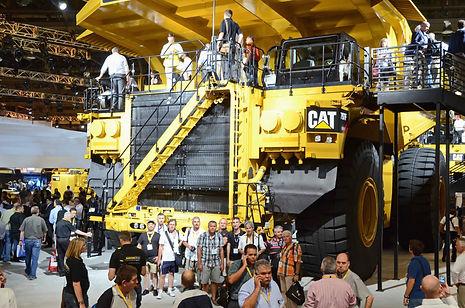 L'équipe devant un dumper Caterpillar 797F à moteur 20 cylindres de 4000 ch.