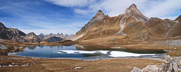 En Maurienne, fin octobre, le lac des Cerces se couvre déjà de glace.