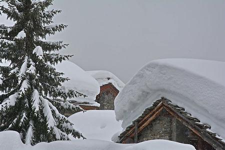 Le hameau du Villaron en Haute Maurienne sous la neige.